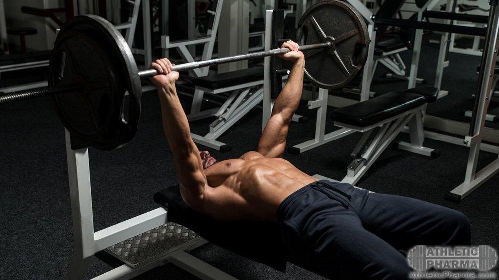Качает грудные мышцы