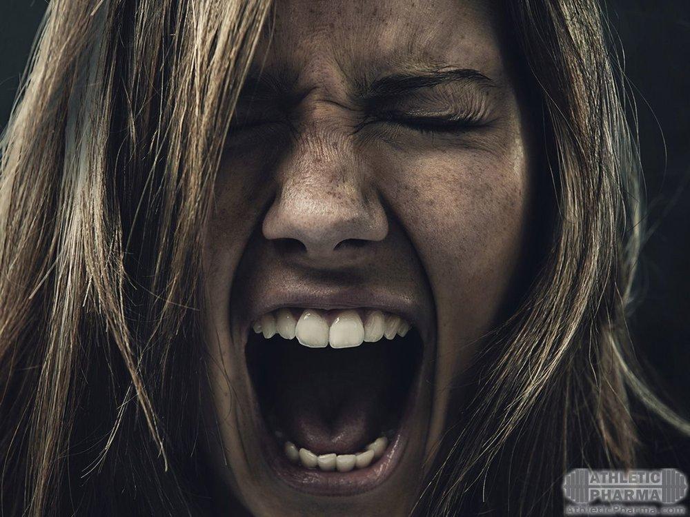 Девушка злится и кричит