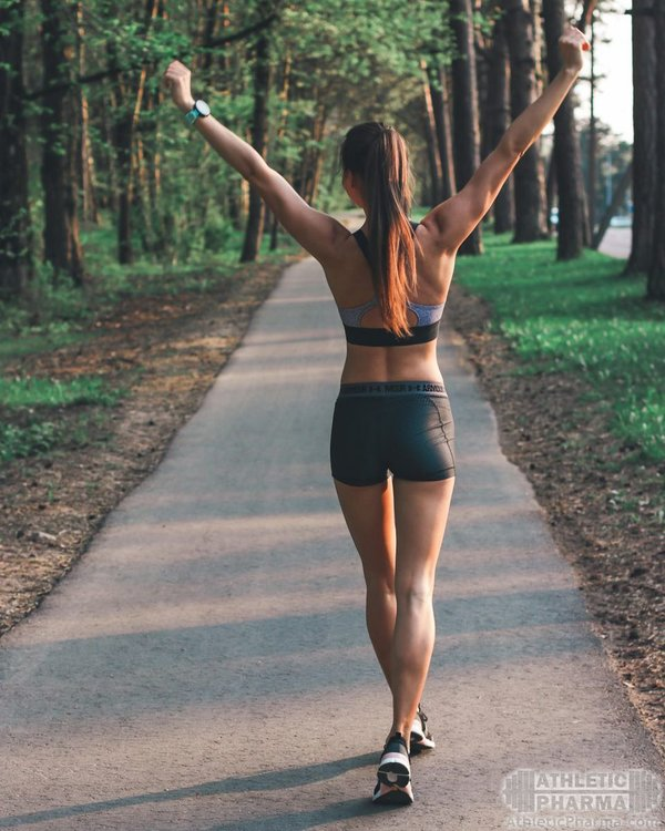 Спортивная девушка на пробежке