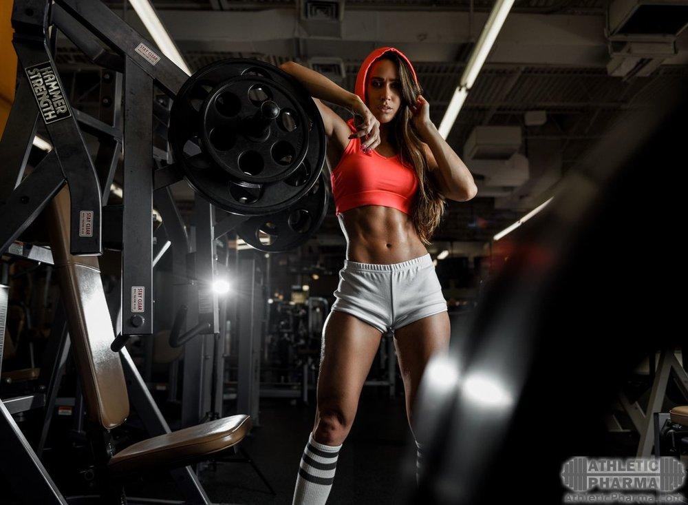 Спортивная девушка, накаченная и худая